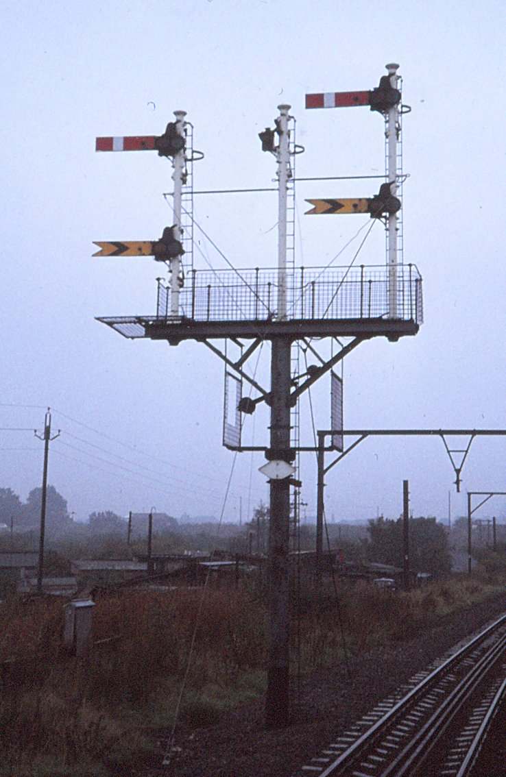 Bracket signal at Ashtom Moss