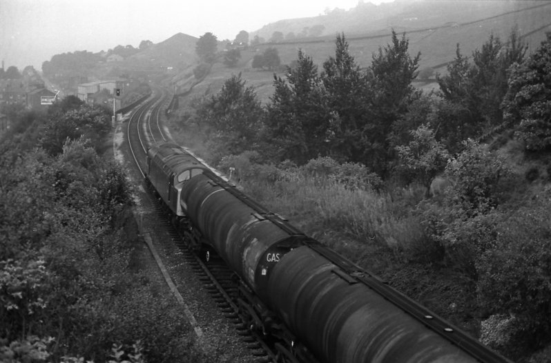 Class 40 40195 heads westwards at Horsfall Tunnel Todmorden on 28 September 1983